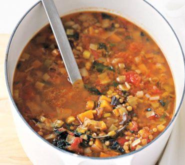 Συνταγή: Μια διαφορετική χειμωνιάτικη σούπα με φακές, γλυκοπατάτες και κάλε