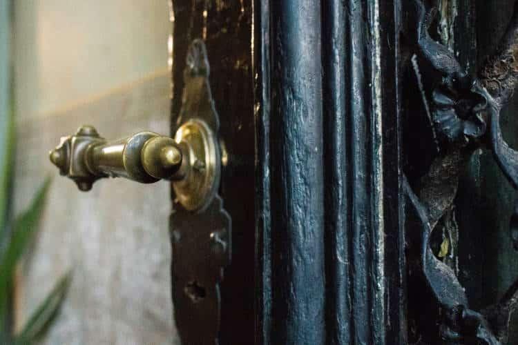 «Κλείσε μερικές πόρτες σήμερα, γιατί απλά δεν οδηγούν πουθενά» - Paulo Coelho