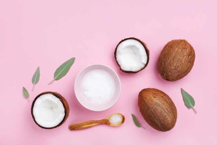 Λάδι καρύδας: Ποιες είναι οι κύριες χρήσεις του στην επιδερμίδα και στα μαλλιά