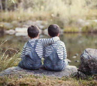 Πώς να διαχειριστούμε την αντιπαλότητα ανάμεσα στα αδέλφια και να καλλιεργήσουμε μια κουλτούρα ειρήνης