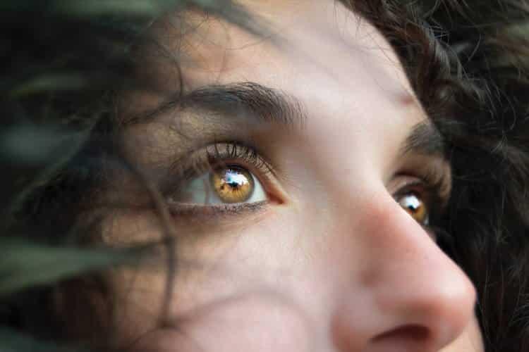4 φυσικοί τρόποι να μειώσουμε τους μαύρους κύκλους κάτω από τα μάτια