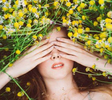 6 φυσικές θεραπείες για την αντιμετώπιση των μαύρων κύκλων και των πρησμένων ματιών