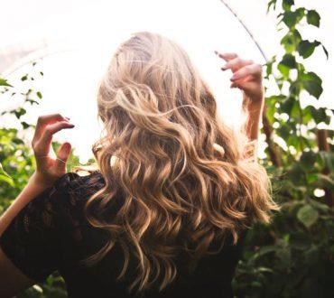 Τα 7 καλύτερα αιθέρια έλαια που βοηθούν στη φροντίδα των μαλλιών