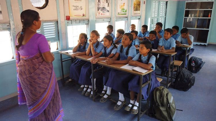 Ινδία: Μαθητές επέστρεψαν στα θρανία όταν το σχολείο τους μεταφέρθηκε σε παλιά βαγόνια τρένου