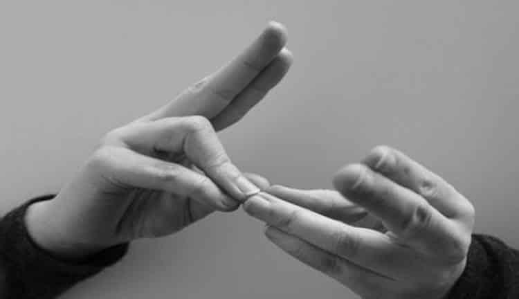 Κρήτη: Μαθήτριες εφηύραν γάντι που μεταφράζει τη νοηματική γλώσσα