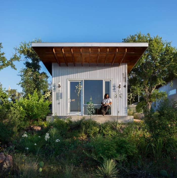 Παρέα φίλων έχτισε το δικό της οικολογικό χωριό για να μείνουν κοντά στη φύση (Φωτογραφίες)