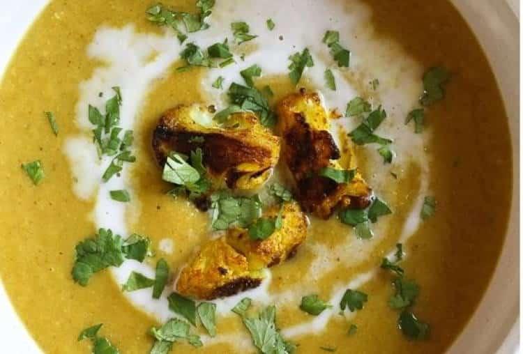 Συνταγή: Δυναμωτική σούπα με ψητό κουνουπίδι και κουρκουμά