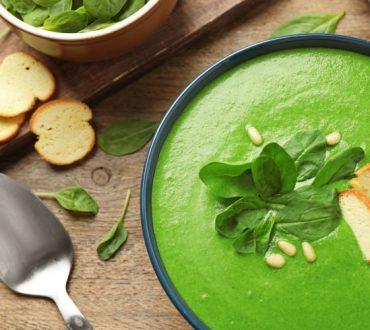 Συνταγή: Θρεπτική σούπα σπανακιού με κρουτόν δεντρολίβανου