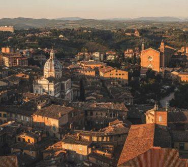 Ιταλία: Οι κάτοικοι της Σιένα τραγουδούν από τα σπίτια τους σε μια αυθόρμητη κίνηση αλληλεγγύης