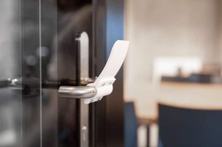Λαβές από 3D εκτυπωτή μας βοηθούν να ανοίγουμε τις πόρτες χωρίς χέρια μειώνοντας την εξάπλωση μικροβίων