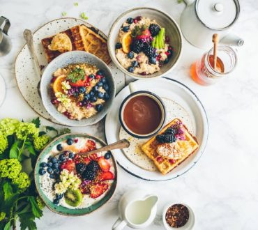 To πλούσιο πρωινό ενεργοποιεί τον μεταβολισμό και συνδέεται με την απώλεια βάρους