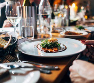 Πώς να κάνουμε υγιεινές επιλογές όταν τρώμε έξω