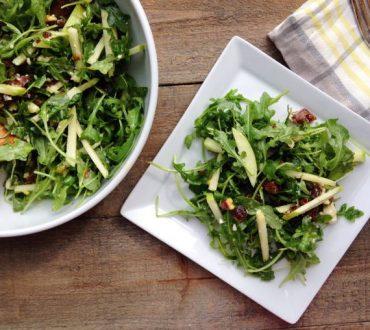 Συνταγή: Ανοιξιάτικη σαλάτα με ρόκα, μέλι και αποξηραμένα βερίκοκα
