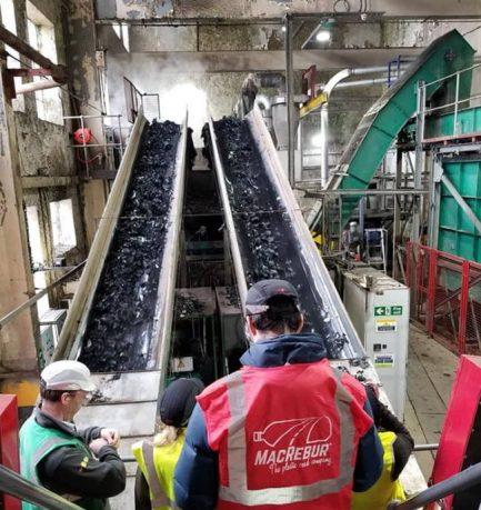 Σκωτία: Εταιρία μετατρέπει πλαστικά μπουκάλια σε άσφαλτο που αντέχει 3 φορές περισσότερο από την κανονική