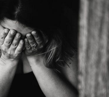 Ενδoοικογενειακή βία στη Γαλλία: Oι γυναίκες καταγγέλλουν την κακοποίηση στα φαρμακεία με λέξεις-κλειδιά
