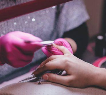 Ευαίσθητα νύχια; Οι πιο συνηθισμένοι λόγοι για το σπάσιμο και το ξεφλούδισμα