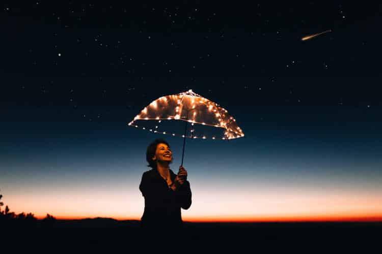 Η ευτυχία δεν πωλείται συσκευασμένη. Κανείς δεν την έζησε με τα χέρια στις τσέπες