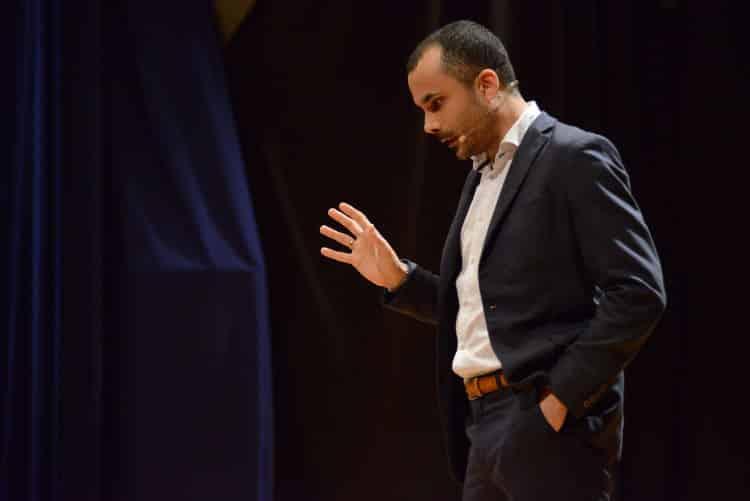 Γράφω τη δική μου ιστορία σημαίνει προσφέρω στον εαυτό μου, στους άλλους, στον κόσμο | Συνέντευξη με τον Νικόλα Σμυρνάκη