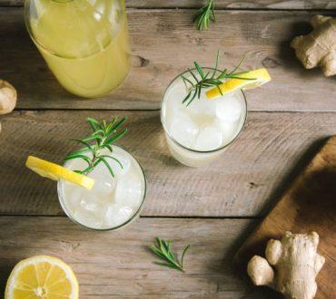 Συνταγή: Δροσιστική λεμονάδα με τζίντζερ και λεμονόχορτο για να δώσουμε γεύση στο καλοκαίρι!