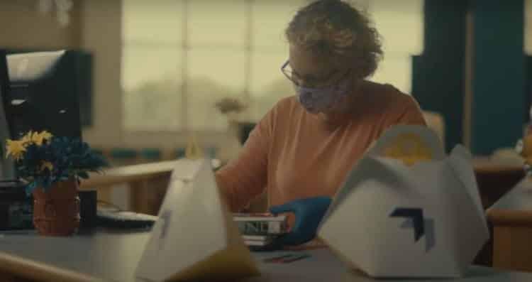 Η.Π.Α: Βιβλιοθηκάριος στέλνει βιβλία στα σπίτια μαθητών με drones!