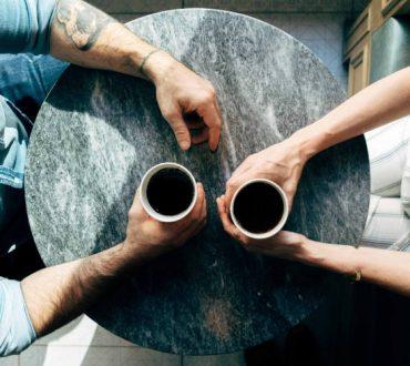 Τα ετερώνυμα έλκονται: Εσωστρεφείς και εξωστρεφείς κάνουν τις πιο ενδιαφέρουσες συζητήσεις