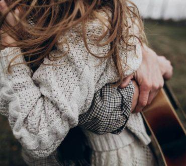 Υπάρχουν κι εκείνοι που ξέρουν να αγαπούν, να ακούν, να σου γελούν ακόμη κι όταν δεν κατανοούν
