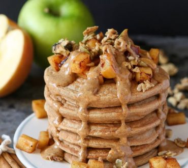 Συνταγή: Vegan pancakes με κανέλα και μήλα σε μόνο 10 λεπτά