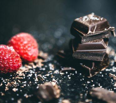 Συνταγή για να φτιάξουμε μαύρη σοκολάτα στο σπίτι