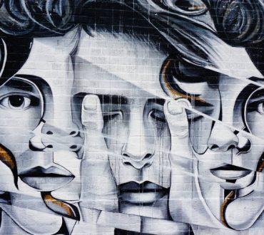 Τέχνη είναι να παρηγορείς εκείνους που είναι σπασμένοι από τη ζωή
