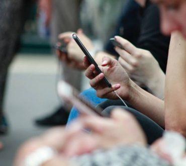 5 τρόποι με τους οποίους το κινητό τηλέφωνο βλάπτει τις σχέσεις μας