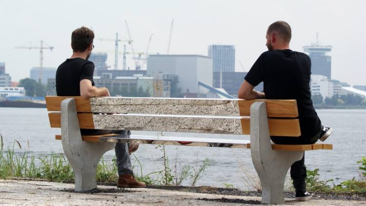 Άμστερνταμ: Ένα παγκάκι που επιτρέπει την κοινωνικοποίηση με αποστάσεις ασφαλείας εν καιρώ πανδημίας