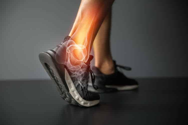Καθημερινές κινήσεις που κάνουμε και επιβαρύνουν την υγεία των αρθρώσεων