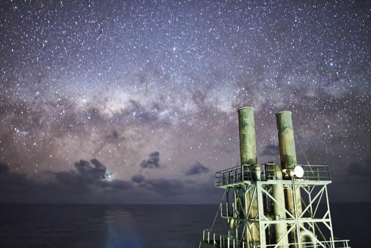 Ναυτικός φωτογραφίζει τους εκπληκτικούς σχηματισμούς του γαλαξία μας ταξιδεύοντας στον ωκεανό