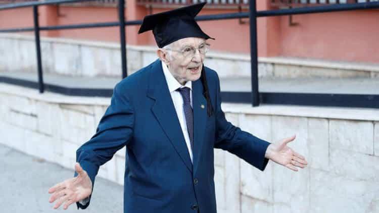 Ποτέ δεν είναι αργά για γνώση: 96χρονος Ιταλός παίρνει πτυχίο χρησιμοποιώντας γραφομηχανή