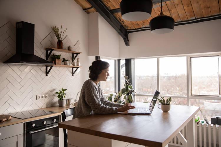 Τηλεργασία: Τρόποι για να μη νιώθουμε ότι εργαζόμαστε όλη τη μέρα από το σπίτι