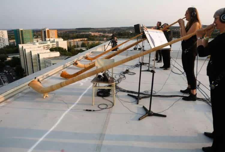 Δρέσδη: Φιλαρμονική έδωσε συναυλία από τις ταράτσες των κτιρίων και γέμισε την πόλη μουσική