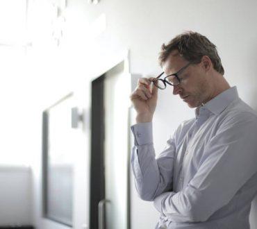 Ποια είναι η διαφορά ανάμεσα στο στρες και στο burnout (και πώς θα καταλάβουμε ποιο από τα δύο εμφανίζουμε)