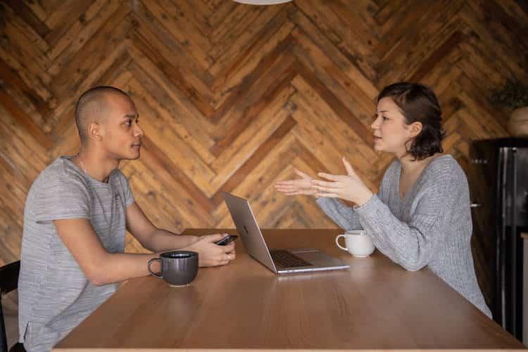 3 ιδιότητες που συνηθίζουν να έχουν οι καλοί ακροατές