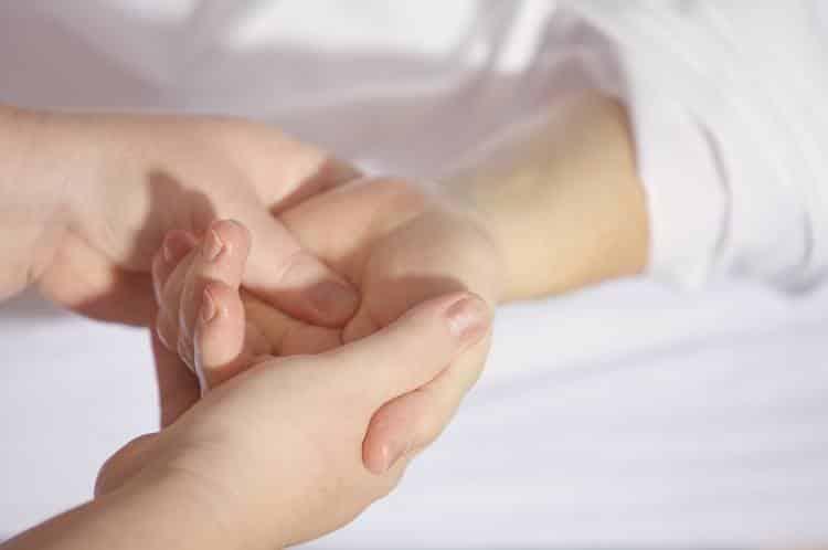 4 σημαντικές ασκήσεις για τον επίμονο πόνο στον καρπό
