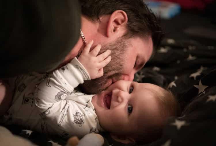 Άδεια πατρότητας: Αυξάνονται οι μέρες και θα φτάνει μέχρι και τους 2 μήνες