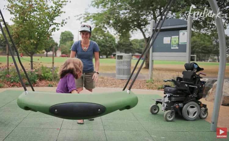 Έκανε την παιδική χαρά προσβάσιμη στα παιδιά με αναπηρικό αμαξίδιο και τώρα εμπνέει και άλλες κοινότητες να κάνουν το ίδιο