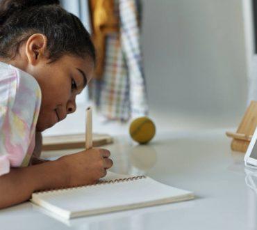 Έρευνα: Τα παιδιά που γράφουν με το χέρι και όχι με το πληκτρολόγιο μαθαίνουν καλύτερα
