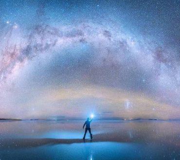 Φωτογράφος συλλαμβάνει με τον φακό του τον γαλαξία μας να καθρεφτίζεται στην μεγαλύτερη αλυκή του κόσμου