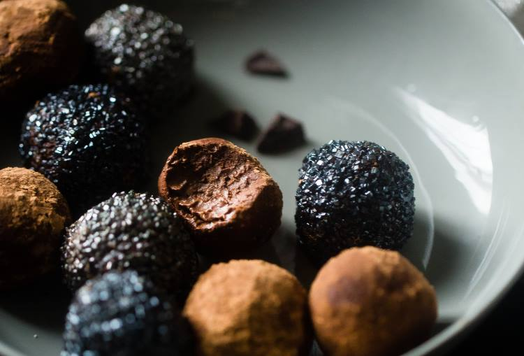 Συνταγή: Υγιεινές τρούφες μαύρης σοκολάτας για την τόνωση της εγκεφαλικής λειτουργίας