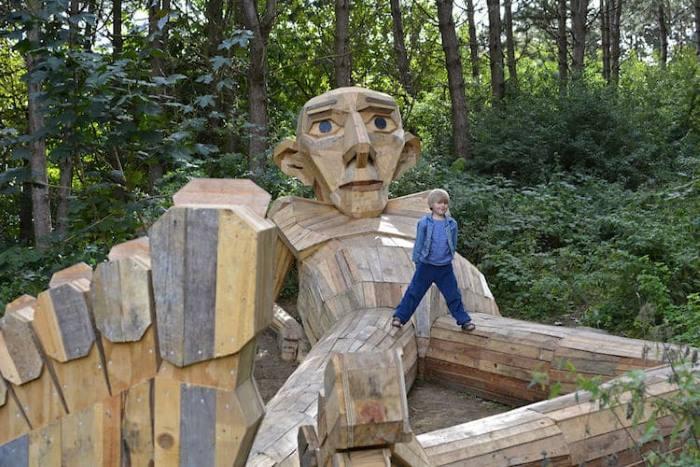 Καλλιτέχνης δημιουργεί τεράστια γιγαντιαία αγάλματα και τα κρύβει στα δάση της Κοπεγχάγης (Φωτογραφίες)