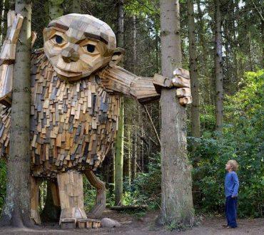 Καλλιτέχνης δημιουργεί τεράστια ξύλινα αγάλματα και τα κρύβει στα δάση της Κοπεγχάγης (Φωτογραφίες)