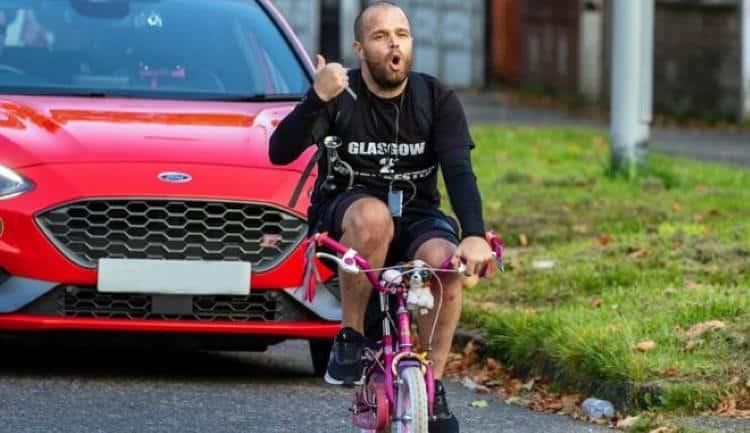 Αγγλία: Αποφασισμένος πατέρας έκανε 320 χιλιόμετρα με το μικρό ποδήλατο της κόρης του για καλό σκοπό
