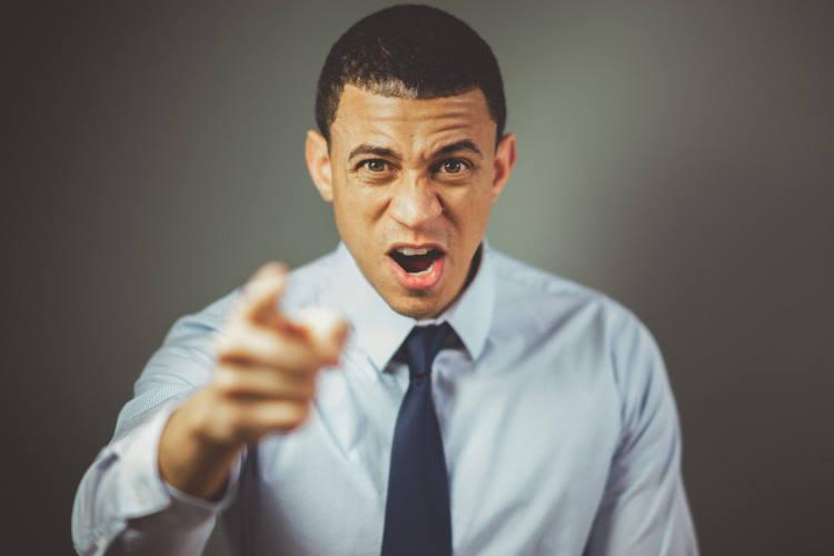 Πώς να διαχειριστούμε κάποιον που μας μιλάει με θυμό ή έντονο ύφος