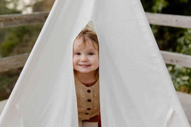 Πώς οι γονείς μπορούν να βοηθήσουν τα ντροπαλά παιδιά να κοινωνικοποιηθούν