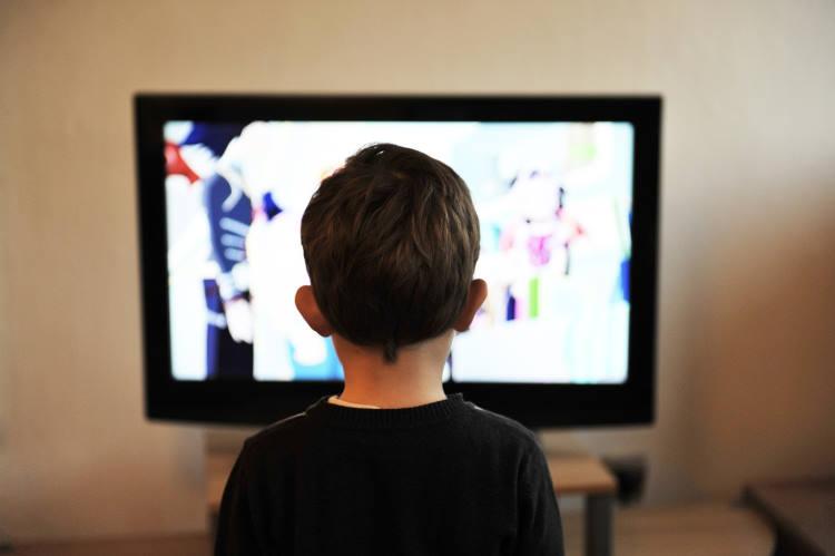Πώς μπορούμε να μιλήσουμε στα παιδιά για τις ειδήσεις και όσα συμβαίνουν γύρω μας